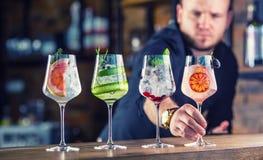 Empregado de bar no bar ou no restaurante que preparam um drin do cocktail do tônico da gim foto de stock royalty free
