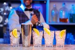 Empregado de bar no trabalho, preparando cocktail fotos de stock royalty free