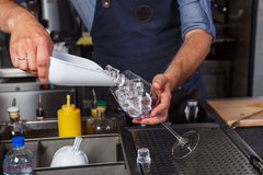 Empregado de bar no trabalho, preparando cocktail conceito sobre o serviço e as bebidas imagens de stock