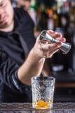 Empregado de bar profissional que faz a bebida alcoólica do cocktail antiquado fotografia de stock royalty free