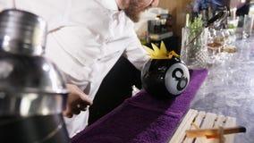 Empregado de bar que coloca frutos em um cocktail fresco vídeos de arquivo