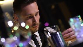 Empregado de bar que dobra a casca alaranjada para a decoração do cocktail video estoque
