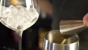 Empregado de bar que faz a bebida alcoólica fresca com suco de laranja vídeos de arquivo