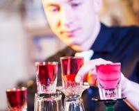 Empregado de bar que faz bebidas do cocktail Imagem de Stock Royalty Free