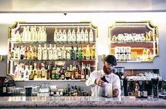 Empregado de bar que faz o cocktail Imagens de Stock