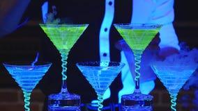 Empregado de bar que guarda o vidro de cocktail do cubo de gelo Barman que prepara cocktail alcoólicos Fim acima vídeos de arquivo