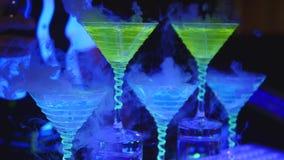 Empregado de bar que guarda o vidro de cocktail do cubo de gelo Barman que prepara cocktail alcoólicos Fim acima video estoque