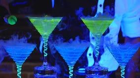 Empregado de bar que guarda o vidro de cocktail do cubo de gelo Barman que prepara cocktail alcoólicos Fim acima filme