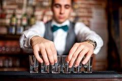 Empregado de bar que prepara tiros para o cocktail Fotografia de Stock Royalty Free