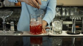 Empregado de bar que prepara um cocktail no interior luxuoso da barra Close-up video estoque