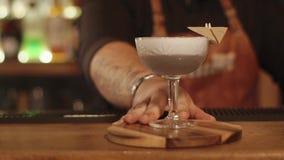 Empregado de bar que serve um cocktail na barra filme