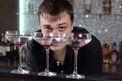 Empregado de bar que trabalha atrás do contador da barra fotos de stock royalty free