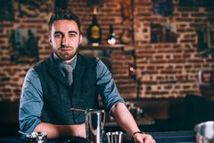 Empregado de bar que trabalha na barra, o bar ou os restaurantes e o restaurante Barman elegante profissional que faz bebidas Imagens de Stock