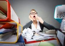 Empregado de escritório furado no trabalho imagem de stock
