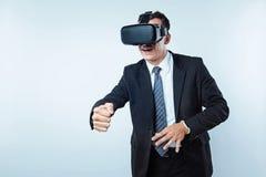 Empregado de escritório que joga jogos da realidade virtual foto de stock