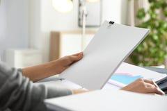 Empregado de escritório que trabalha com documentos na tabela, close up fotos de stock royalty free