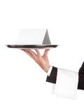 Empregado de mesa com bandeja e o cartão vazio Imagens de Stock