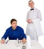 Empregado de mesa e convidado do restaurante foto de stock