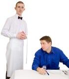 Empregado de mesa e convidado do restaurante Imagem de Stock