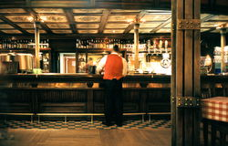 Empregado de mesa em um pub