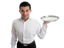 Empregado de mesa ou bárman que prendem uma bandeja de prata Imagens de Stock