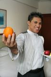 Empregado de mesa que mostra a fruta no quarto, foco na laranja Fotografia de Stock Royalty Free
