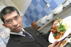 Empregado de mesa que mostra o alimento Fotos de Stock