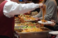 Empregado de mesa que sere o mein chinês da comida Foto de Stock