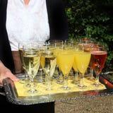 Empregado de mesa que sere uma bandeja de champanhe Fotos de Stock