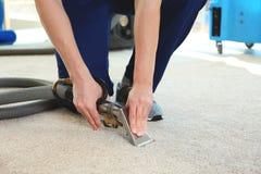 Empregado do ` s do líquido de limpeza seco que remove a sujeira do tapete no plano fotos de stock royalty free