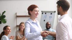 Empregado do sexo feminino bem sucedido do aperto de mão feliz do chefe que expressa a apreciação da gratitude video estoque