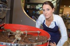 Empregado do sexo feminino da fábrica do café que verifica o processo de repreensão imagens de stock royalty free