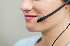 Empregado do sexo feminino do centro de atendimento que usa Mic In Office Fotos de Stock