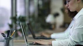 Empregado do sexo feminino focalizado do escritório que trabalha no projeto urgente, fim do prazo faltante fotos de stock