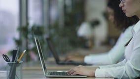 Empregado do sexo feminino focalizado do escritório que trabalha no projeto urgente, irritado pela falha video estoque