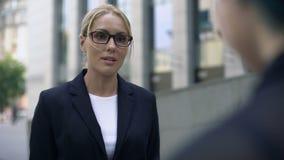 Empregado do sexo feminino novo do xingamento do chefe, irritado sobre o projeto falhado, ética comercial video estoque