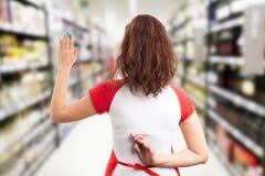 Empregado do supermercado que faz o juramento falso foto de stock