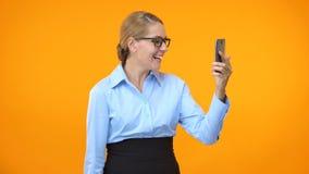 Empregado entusiasmado da empresa que mostra sim o e-mail do smartphone da leitura do gesto, sucesso video estoque