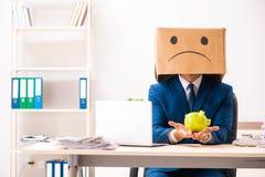 Empregado infeliz do homem com a caixa em vez de sua cabe?a fotografia de stock royalty free