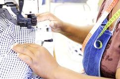 Empregado na máquina de costura industrial fotografia de stock