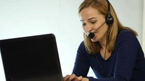 Empregado que trabalha em um centro de atendimento Mulher da televenda dos auriculares que fala na linha aberta Movimento lento video estoque