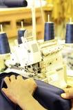 Empregado que trabalha em uma máquina de costura industrial imagens de stock royalty free