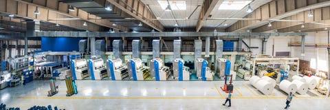 Empregado que trabalha na fábrica Settin industrial do equipamento de impressão fotografia de stock royalty free