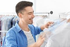 Empregado que trabalha no ` s do seco-líquido de limpeza foto de stock