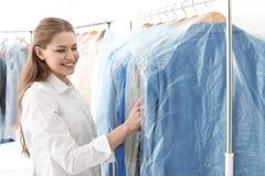 Empregado que trabalha no ` s do seco-líquido de limpeza imagens de stock royalty free