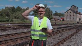 Empregado Railway que usa a tabuleta vídeos de arquivo