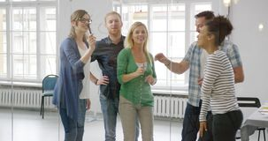 Empregados alegres no escritório filme