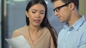 Empregados da agência do PR que discutem a avaliação social, analisando respostas do grupo foco filme