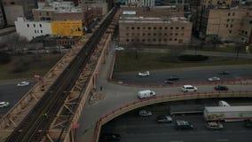 Empregados da autoridade do trânsito de Chicago que andam ao longo das trilhas do trem Rua do lago em 90 de um estado a outro vídeos de arquivo