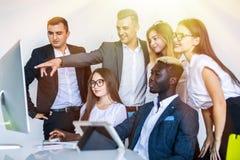 Empregados da empresa que trabalham durante a programação de software e escritório do desenhista que fala sobre o projeto de comp imagem de stock royalty free